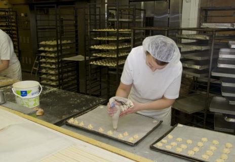 Leipomotyöntekijä työssään Lempäälässä