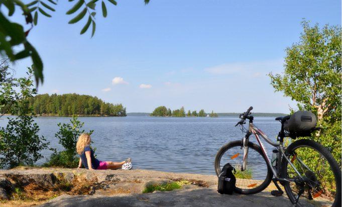 Lomalla Lempäälässä pyöräilijä järven rannalla